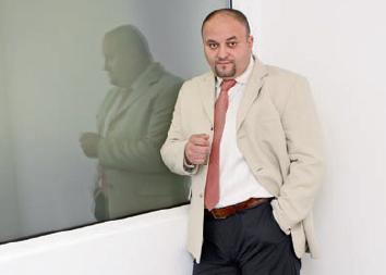 Security in costum si cravata