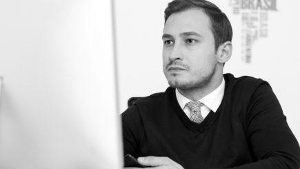 Şi-a pus la bătaie economiile şi maşina pentru o idee: Românul care le găseşte tinerilor joburi plătite cu mii de euro în străinătate