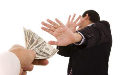 Concediază-i dacă îţi dă mâna! În ce situații executivii primesc sume cu cinci zerouri dacă sunt concediaţi