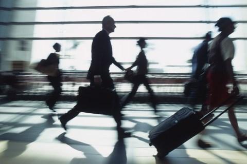 Ce venituri obţin companiile aeriene din taxele mici şi aparent nesemnificative