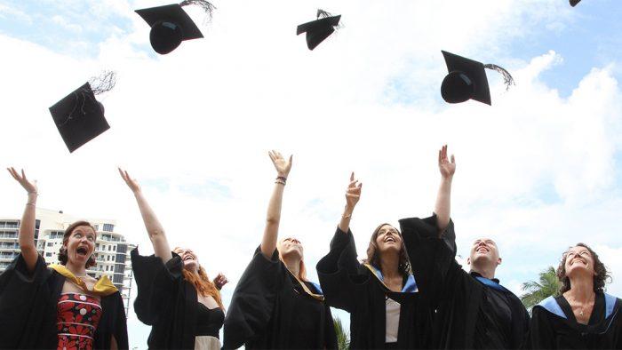 Tinerii care au terminat liceul pot primi un ajutor de 250 de lei lunar