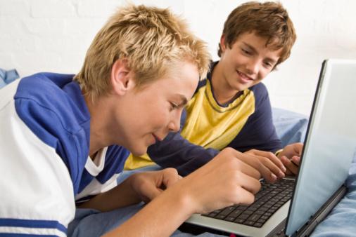 Ce probleme GRAVE pot avea adolescenții care petrec prea mult timp pe Internet