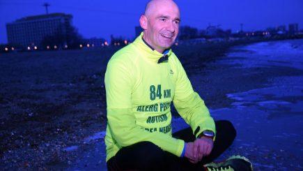 Psihologul Adrian Gemănaru aleargă 84 de kilometri pe nisip, pentru copiii diagnosticaţi cu autism