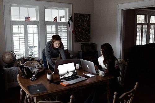 Femeile ajung mai greu manageri şi sunt mai prost plătite ca bărbaţii - studiu