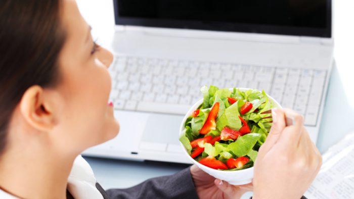 Un nou motiv pentru care ar trebui să renunţi să mănânci singur, pe birou