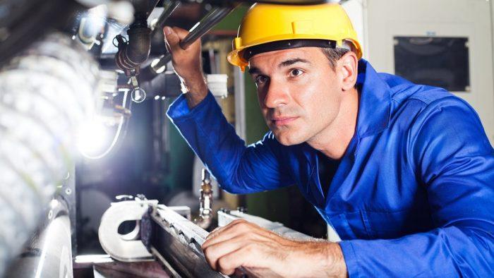 Sondaj: Industria nu a mai crescut în octombrie, dar s-au făcut angajări