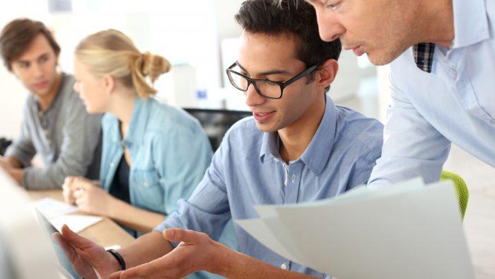 Ce îi motivează, în realitate, pe angajaţii tineri