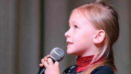 Îndemnaţi-vă copiii să deprindă arta de a vorbi în public! Mai târziu, le poate plăti facturile