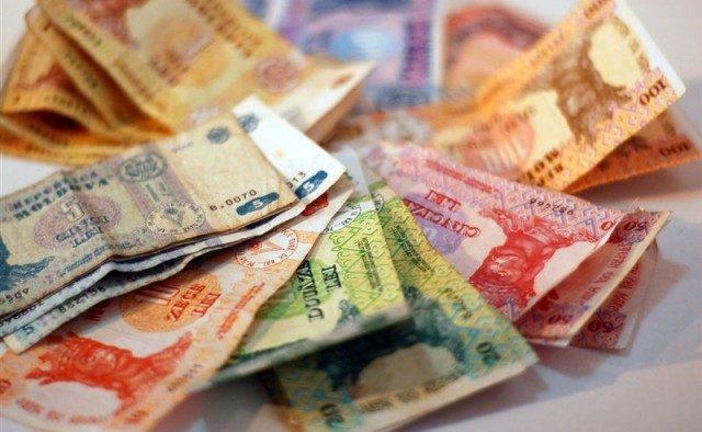 Moldovenii din străinătate transferă tot mai puțini bani acasă