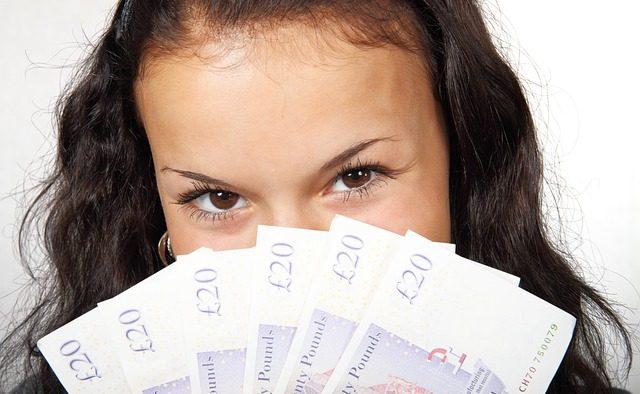Generaţia Millennials se descurcă mai bine cu banii decât restul