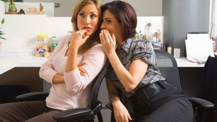Bârfa la birou și frustrările care o generează. Cum scapi de colegii care te înjunghie pe la spate
