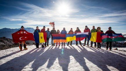 Alpinism și diplomație: 16 tineri lideri din opt țări au atins vârful Kazbek din Caucaz