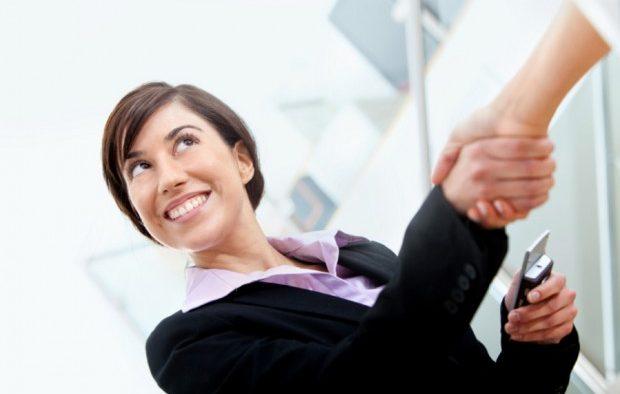Bunele maniere în business: Cum te prezinţi, ce faci cu telefonul, cum saluţi doamnele