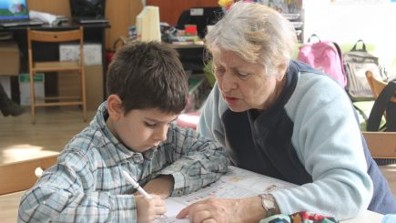 Persoanele vârstnice devin mentori pentru copiii săraci din judeţul Galaţi