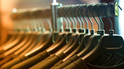 Compania care face haine pentru Debenhams pune lacătul la fabrica din Urziceni – Creşterea salariului minim, unul dintre motive