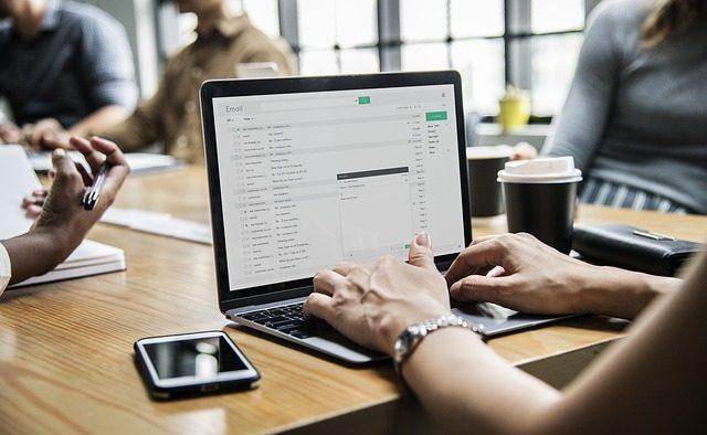 Integrarea noilor tehnologii la locul de muncă: Beneficii şi provocări