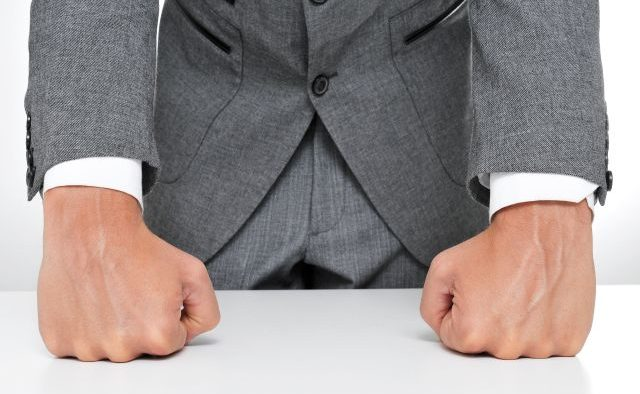 Conflict prelungit cu şeful la locul de muncă. Pleci sau încerci să rezolvi problemele?