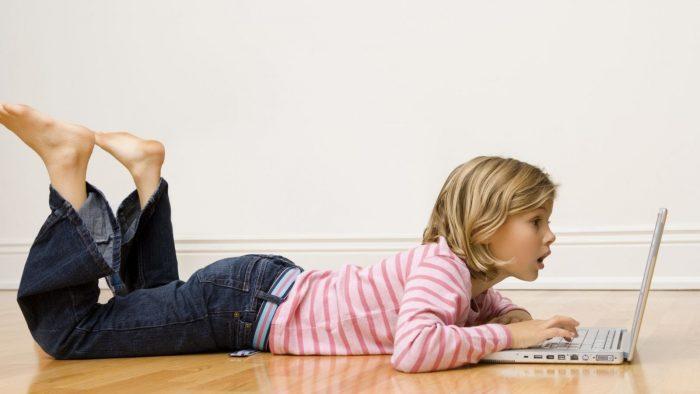Studiul care dă peste cap oamenii mari: Cât stau copiii din România pe Internet și mai ales de ce