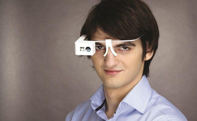 Povestea emotionantă a românului care a terminat două facultăți în Germania și a inventat ochelarii ce ajută 40 de milioane de oameni