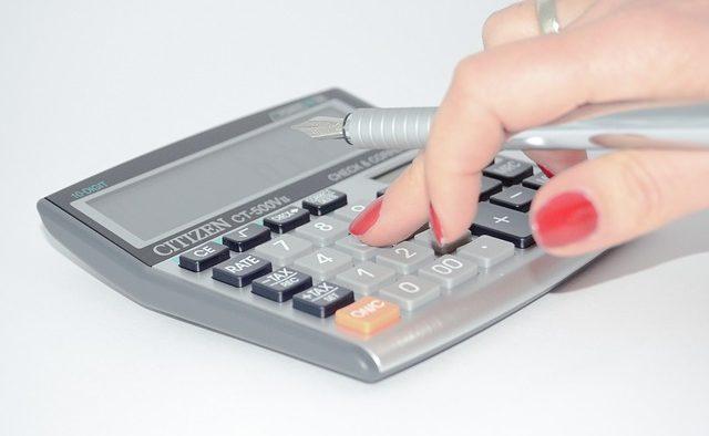 Recenta eliminare a plafoanelor la contribuțiile sociale creşte costurile cu forţa de muncă