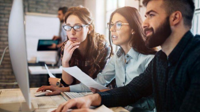 Înainte de a trimite CV-ul: Candidații pentru un job își fac temele cu rigurozitate
