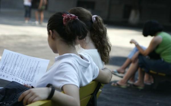 850 de eleve, provenind din medii modeste, sunt încurajate să își continue studiile