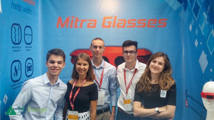 Elevii români care și-au adjudecat un premiu de excelență în IT cu ochelarii inteligenți pentru nevăzători