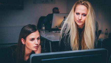Atunci când femeile se înţeleg bine la locul de muncă, conflictele se iscă mai rar – studiu