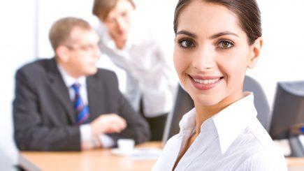Femeia pe piața muncii: plătită mai prost și promovată mai greu