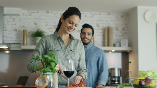 Studiu: Bărbații ar cumpăra branduri care promovează stereotipul gospodinei