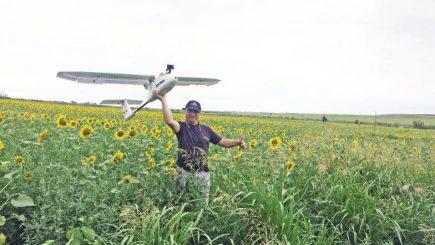 Fizicianul care încearcă să îi convingă pe români să facă agricultură cu drona