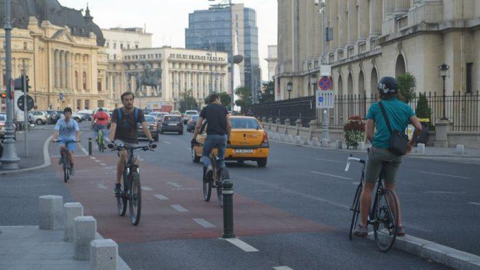 Tot mai mulți români preferă bicicleta sau mersul pe jos în locul mașinii