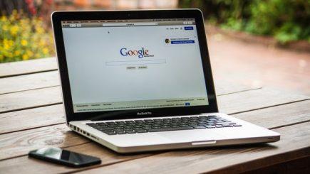 Google continuă campania împotriva știrilor false. Ce decizie a luat conducerea gigantului IT