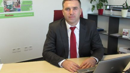Un român preia controlul rețelei de retail Auchan