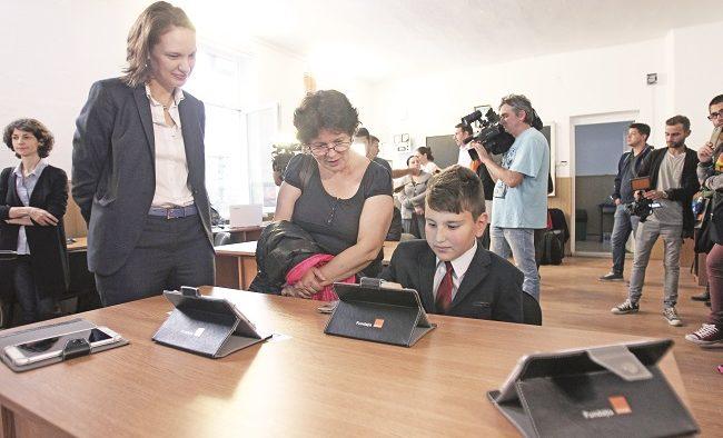 Digitalizarea școlilor de la sate, soluție pentru performanță