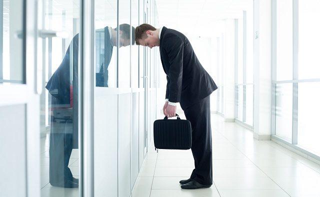 Primul ajutor în caz de leşin la birou: câteva mituri şi cum să acţionăm corespunzător