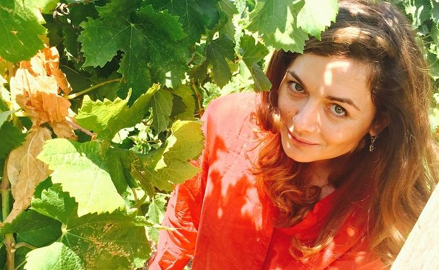 """""""Este vorba despre o lume întreagă pe care îmi doresc s-o împărtășesc și s-o explorez încontinuu"""". Interviu cu criticul de vinuri Marinela V. Ardelean"""