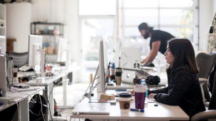 Oamenii merg la birou să muncească, forfota din jur e o problemă, dar managerii ignoră asta – Analiză Oxford Economics