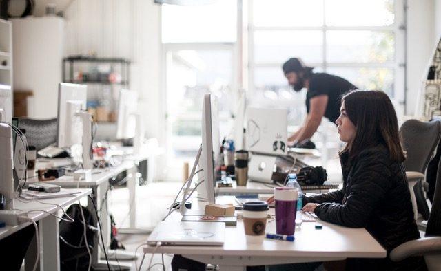 Oamenii merg la birou să muncească, forfota din jur e o problemă, dar managerii ignoră asta - Analiză Oxford Economics