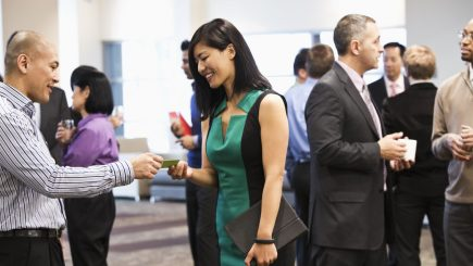 Networking-ul nu e doar o denumire pompoasă pentru crearea unor relaţii noi. În fapt, te poate ajuta să avansezi în carieră