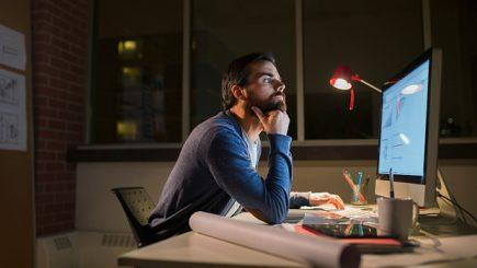 Studiu: Peste 50% dintre angajaţii români lucrează seara, noaptea sau în week-end