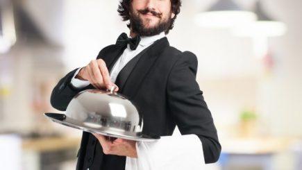La ce duce criza de personal: Un director de hotel din Bucureşti serveşte la mese pentru că îi lipsesc doi ospătari