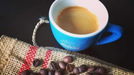 Un espressor şi dorinţa de a lucra pe cont propriu l-au inspirat să înceapă o afacere cu cafea. Povestea Fabricii de Cafea