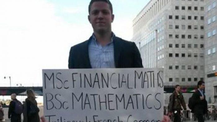 Caută de lucru cu CV-ul pe pancartă, la metrou