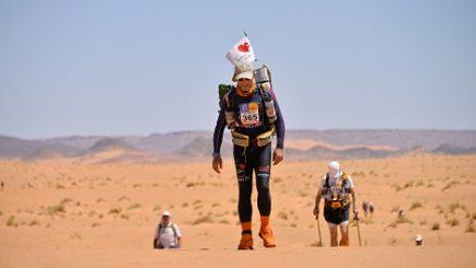 Românul care aleargă 250km în deșert pentru copiii bolnavi de inimă