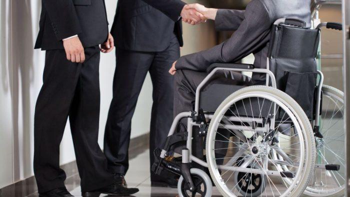 Persoanele cu dizabilitaţi. Câţi dintre voi le-ați angaja?