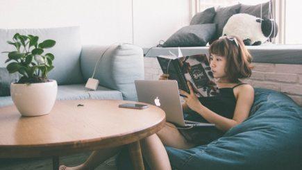 Copiii care au telefon și calculator petrec până la cinci ore pe zi pe dispozitive – Pericole şi implicaţii