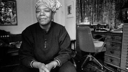 """""""Vei fi surprins să afli de copacii care mârâie când sunt smulşi cu putere"""". Povestea poetei și activistei Maya Angelou"""