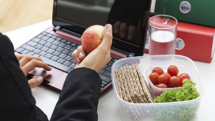 Între tastatură și provocare la normalitate: Angajatul român la masa de prânz