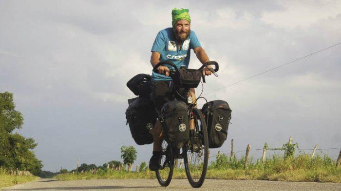 Românul care a făcut autostopul până în Iran şi acum traversează Americile pe bicicletă